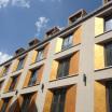 Ein umweltfreundliches Gebäude mit Wärmerückgewinnung, Luft- und Wärmepumpen, starker Dämmung und dreifachverglasten Fenstern.