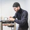 Peter Schwartz stellt den 3D-Drucker ein. Für das Team ist es ein großer Vorteil, die Urnen selbst herstellen zu können - sie sind nicht abhängig von Zulieferern und können nach Bedarf produzieren.