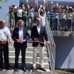 18. Mai 2017: Bürgermeister Thomas Weigelt, Landrat Thomas Fügmann und Gerald Endlich, Züblin AG, durchschneiden das Band am Eingang der neuen Schule.