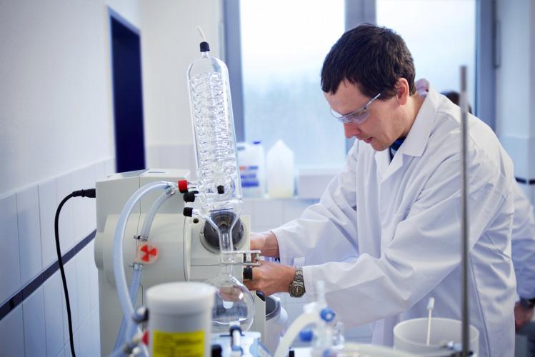 Dr. Holger Wondraczek ist als neuer Entwicklungsleiter für die Entwicklung des Farbstoffs und des Desinfektionsmittels verantwortlich. Er hat bereits erfolgreich gegründet und besitzt Erfahrung im Aufbau von Produktionslinien und Qualitätsmanagement.