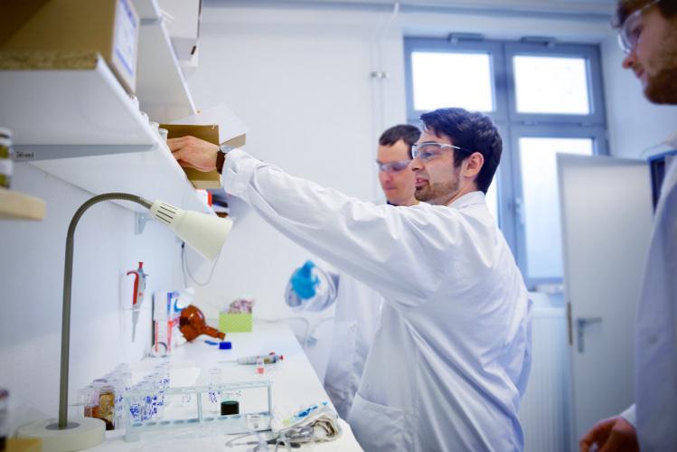 Fabien Bustaus und seine Kollegen wussten sich trotz knapper Ressourcen durch Erfindungsreichtum stets zu helfen und entwickelten den Prototypen in einem provisorisch eingerichtetem Labor.
