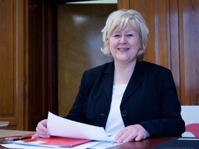Rita Weimann ist geschäftsführende Vorständin der HERZGUT Landmolkerei (im Bild: Rita Weimann am Schreibtisch).