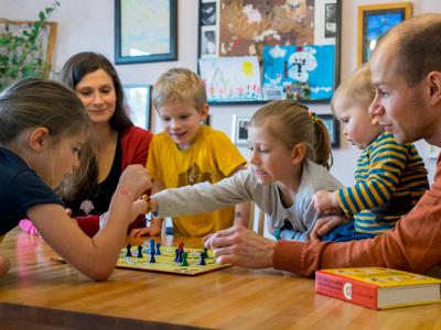 Familie Illing, das sind Dr. Björn Illing, (34) seine Frau Maria (32) und ihre 4 Kinder: Enna (1), Hugo (4), Alva (7) und Nika (9).