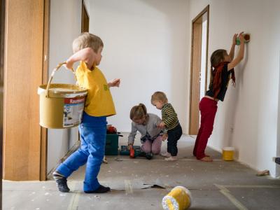 Die Kinder freuen sich vor allem über ihre eigenen Zimmer und den großen Garten, der viel Platz zum Spielen und Toben bietet. (im Bild: die Kinder helfen auf der Baustelle)