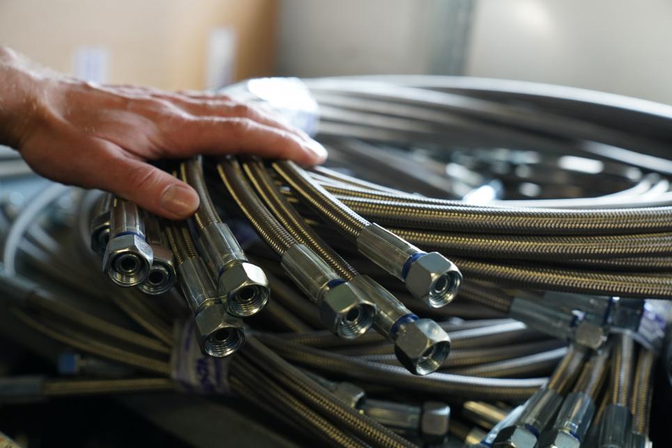 Unternehmensnachfolge - HS Industrie Service GmbH (Im Bild sind verschiedene Metallschläuche zu sehen)