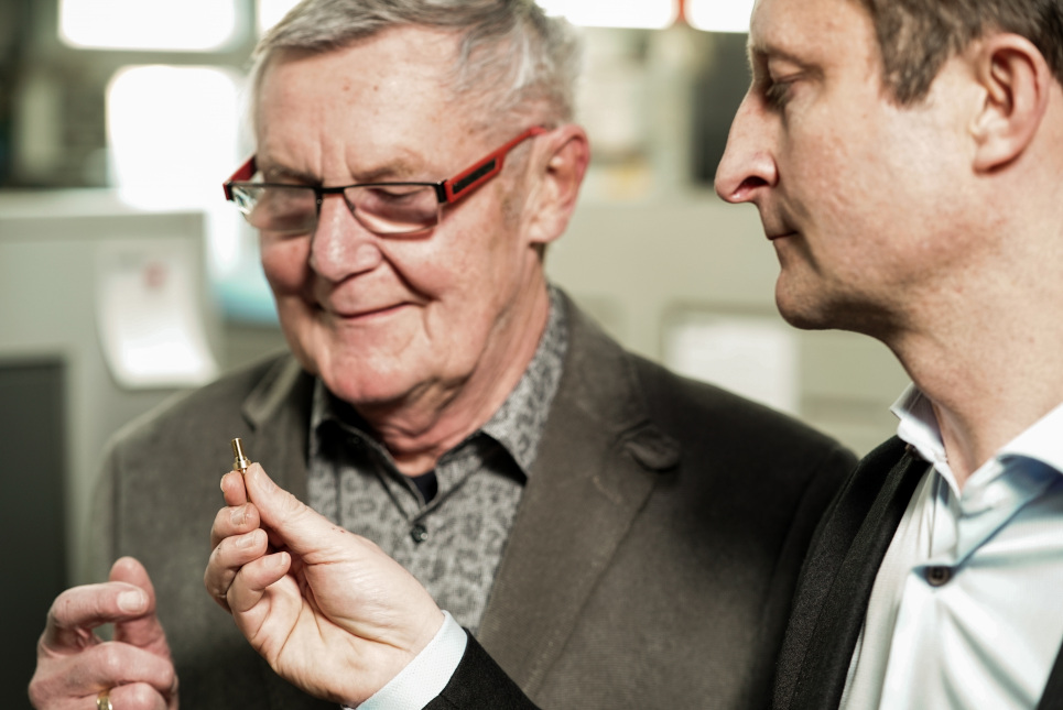 Unternehmensnachfolge (im Bild: Vater und Sohn Hörisch begutachten ein Präzisionsdrehteil)
