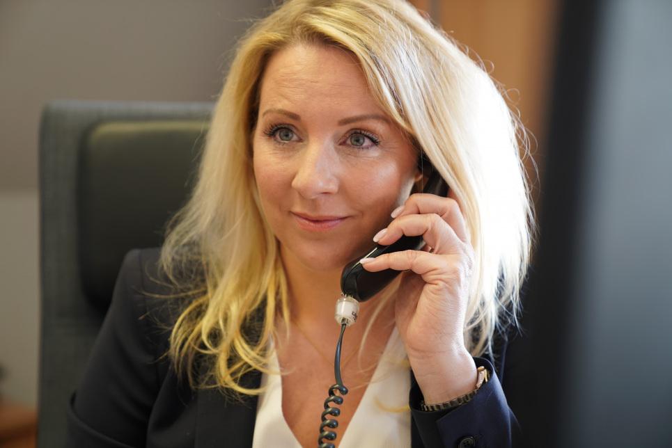 Unternehmensnachfolge - HS Industrie Service GmbH (im Bild telefoniert Geschäftsführerin Carina Schmidt-Pförtner)