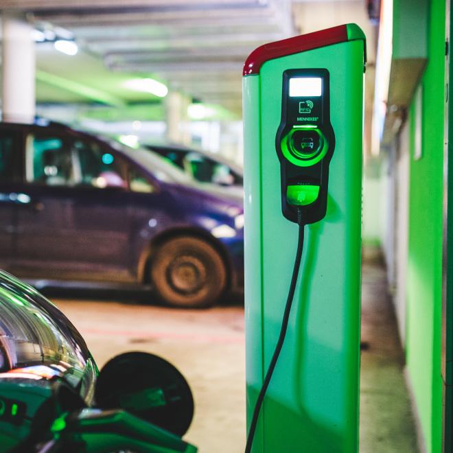 Elektromobilität Thüringen (im Bild: Auto an Ladesäule)