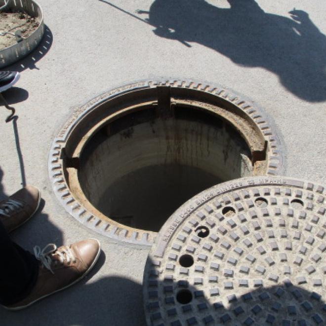 Förderung von Aus- und Fortbildung und innovativen Maßnahmen im Abwasserbereich (im Bild: Arbeiter laufen durch einen Abwasserkanal)