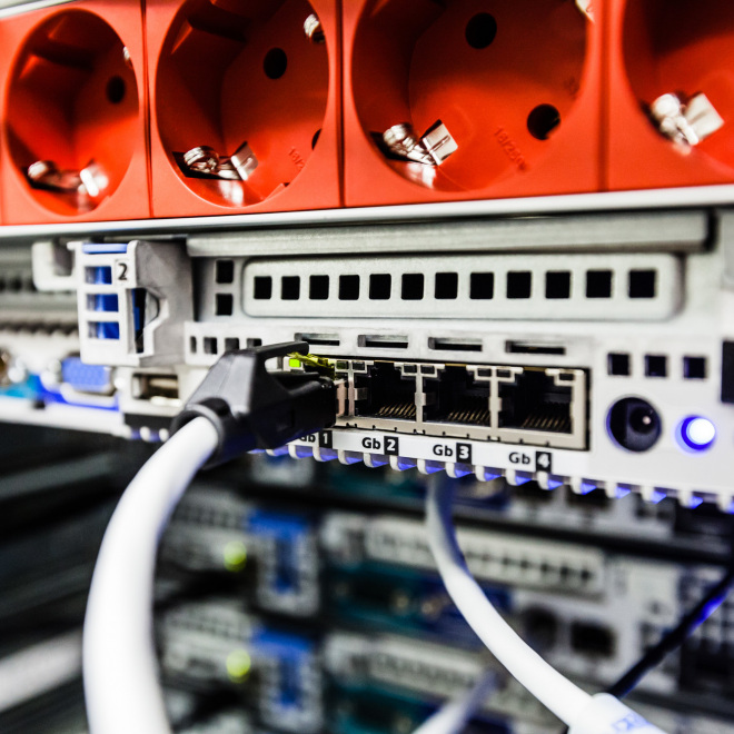 Digitalbonus (im Bild zu sehen sind Anschlüsse und Kabel in einem Serverraum)