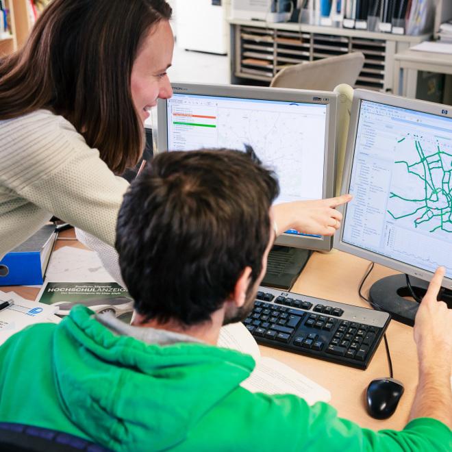 Umweltorientiertes Verkehrsmanagement (Verkehrswissenschaftlerin und Verkehrswissenschaftler am Rechner)