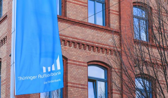 Die Thüringer Aufbaubank ist die Förderbank des Landes Thüringen (im Bild sind TAB-Flaggen vor dem historischen Benary-Gebäude im Erfurter Brühl).