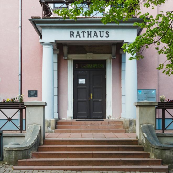 Klima Invest (im Bild: Eingang des Rathauses in Bad Berka)