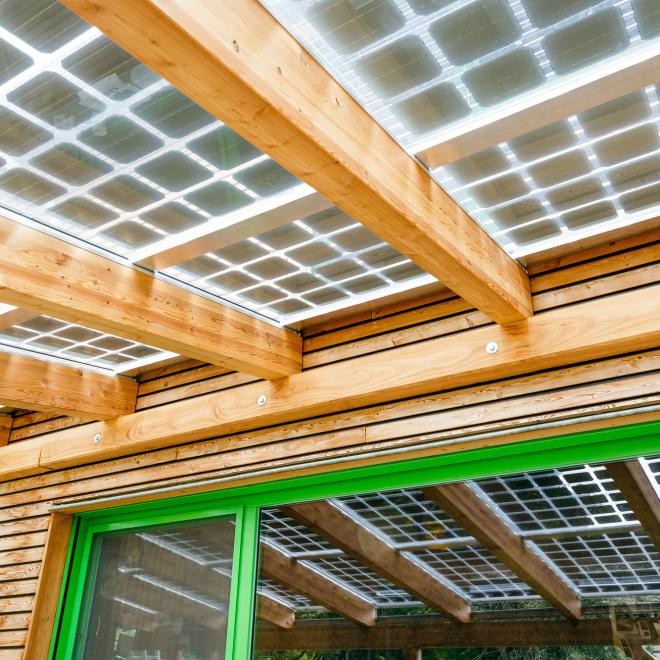Solar Invest Thüringen (im Bild: ein Vordach eines Einfamilienhauses mit Solarmodulen)