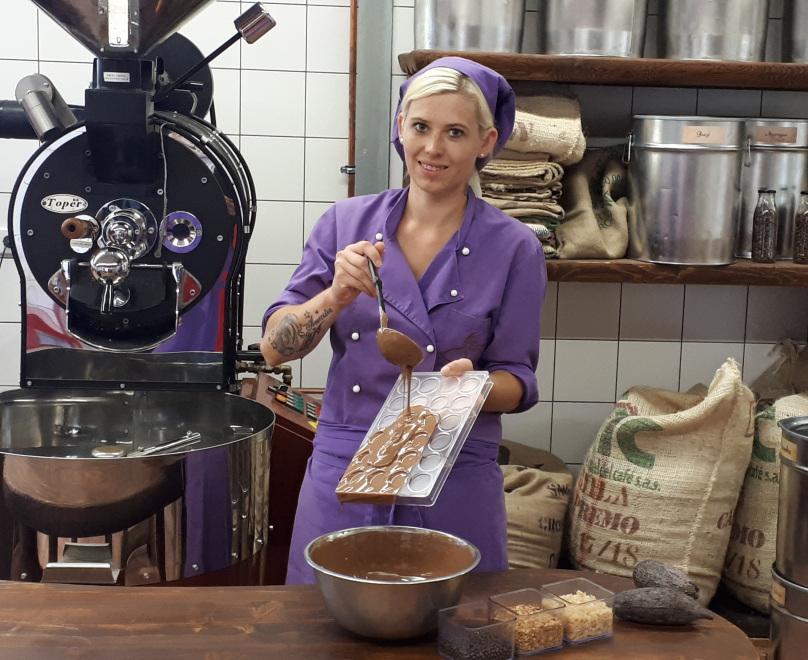 #Zuversicht: Goetheschokoladenmanufaktur (im Bild: Confiseurin beim Gießen von Schokoladentalern)