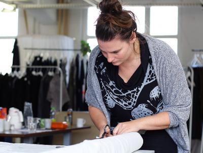Die Modedesignerin bei der Arbeit im Atelier